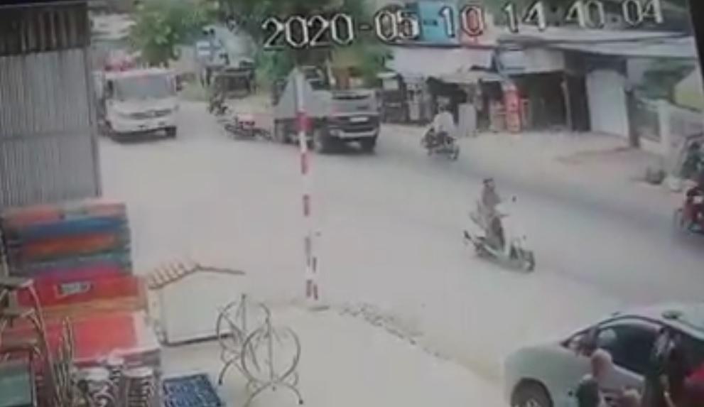 Xe máy lấn làn đâm ô tô ngược chiều ngã bị xe tải cùng chiều cán nát người