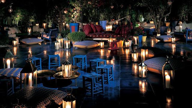 Decoración de velas y faroles para bodas con cojines estilo marroquí