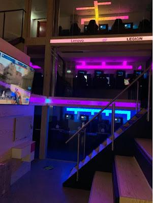 Bild inne från spelhallen med spelrum i olika våningar och neonfärgad belysning