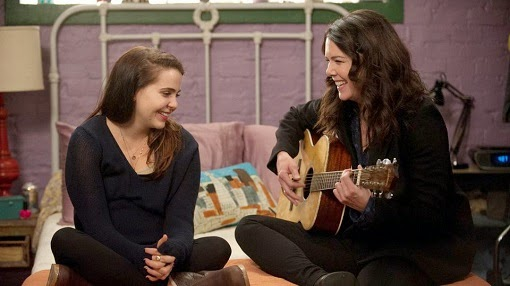Amber y Sarah tocan la guitarra en We Made It Through the Night
