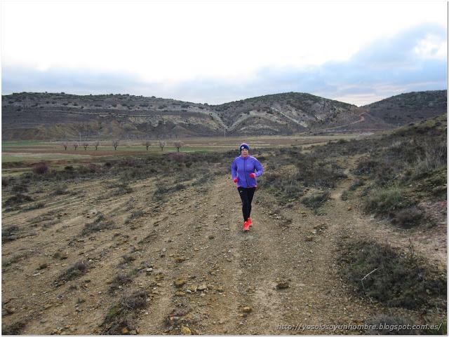 Corriendo unos metros campo a través para volver al camino
