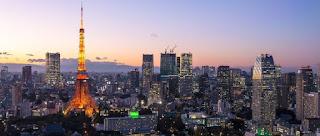 夕暮れ時の東京タワーとビル群