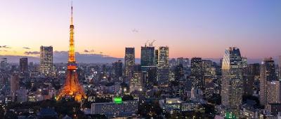 東京タワーとビル群が映る夕焼け