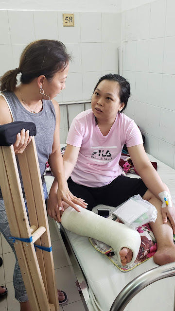 Chau explaining how to use crutches to a patient.