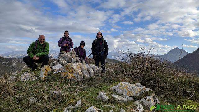 Foto de grupo en la cima del Alto Llerandi