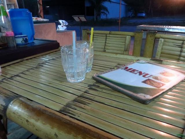 Бамбуковый стол со стульями в кафе