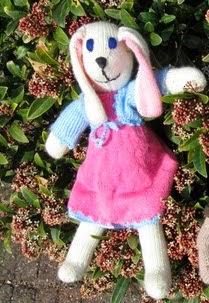 http://knuffels-breien-en-haken.jouwweb.nl/twee-gebreide-konijntjes-van-de-hobbydoos-nl