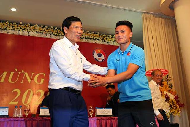 Thầy trò HLV Park Hang Seo nhận lì xì trước ngày đi tranh tài U23 châu Á 4