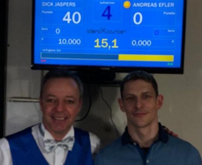Dick (trái) lập kỷ lục vô tiền khoáng hậu mới của làng bi-a carom 3 băng