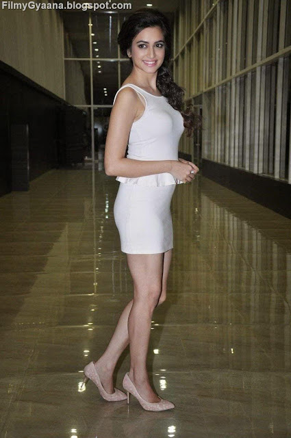 white dress photo of kriti kharbanda