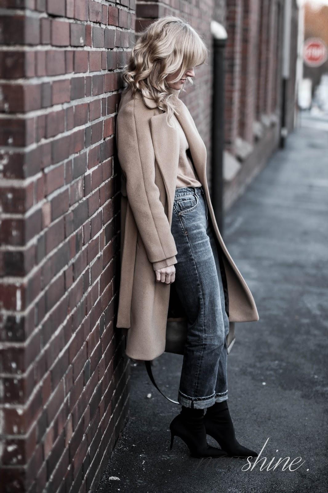 Nowshine trägt einen Mantel in Camel, Straight leg Jeans und Sock-Boots/ ü40 Blog