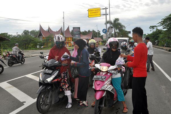 Angkatan Muda Muhammadiyah Pariaman Utara Bagi-bagi Takjil Jelang Berbuka