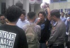 Warga berunjuk rasa di kantor PDAM Tirta Kualo.
