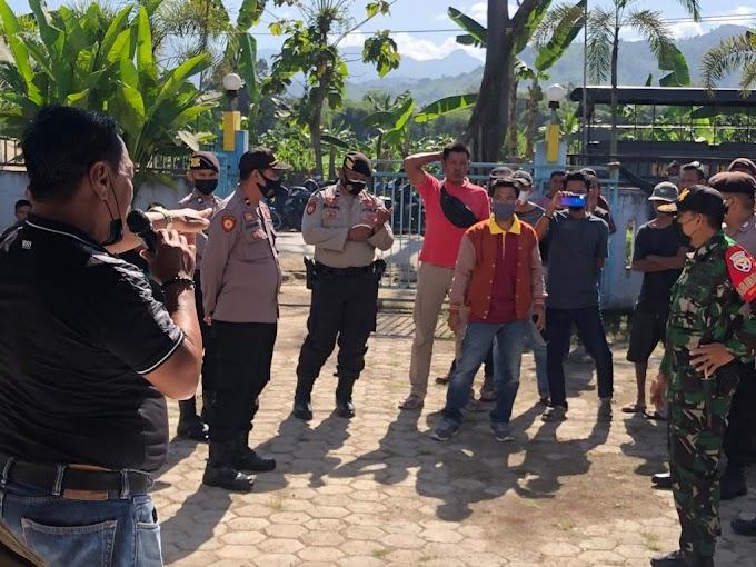 Bawa Sejumlah Massa, Ketua Karang Taruna Bogenvile Unjuk Rasa di Kantor Desa Kareke