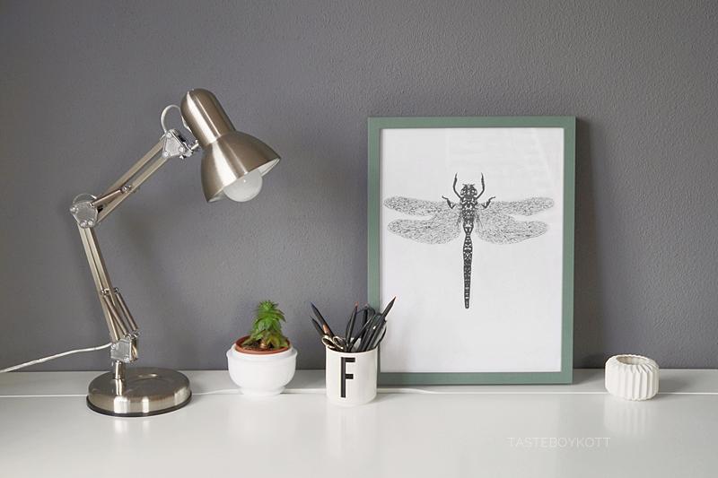 Im Trend: Schlichte Sommerdeko im reduzierten Urban Jungle Stil auf dem Schreibtisch mit Sukkulente, DIY Libellen-Poster, Leuchte und Design Letters Becher