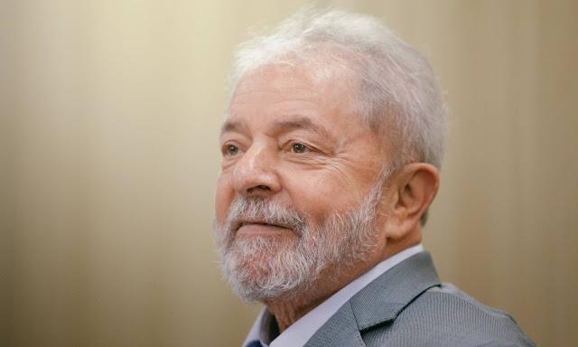 A foto é do Presidente lula na masmorra de Curitiba em momento de entrevira..