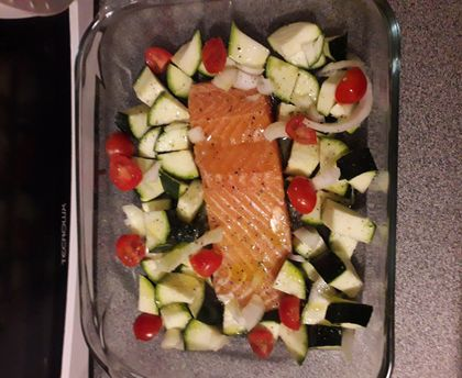 Salmon in the oven, tomatoes and zucchini