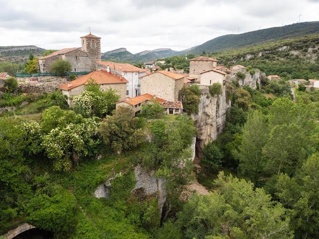Vistas del pueblo medieval de Puentedey desde el mirador