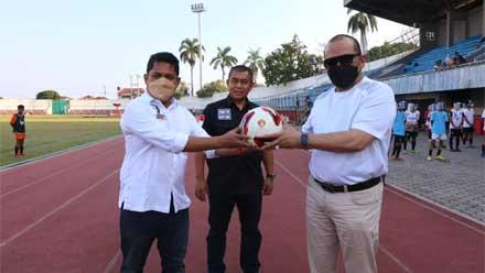 Ketua DPD RI Serahkan Bantuan Peralatan Latihan SSB LaNyalla FC