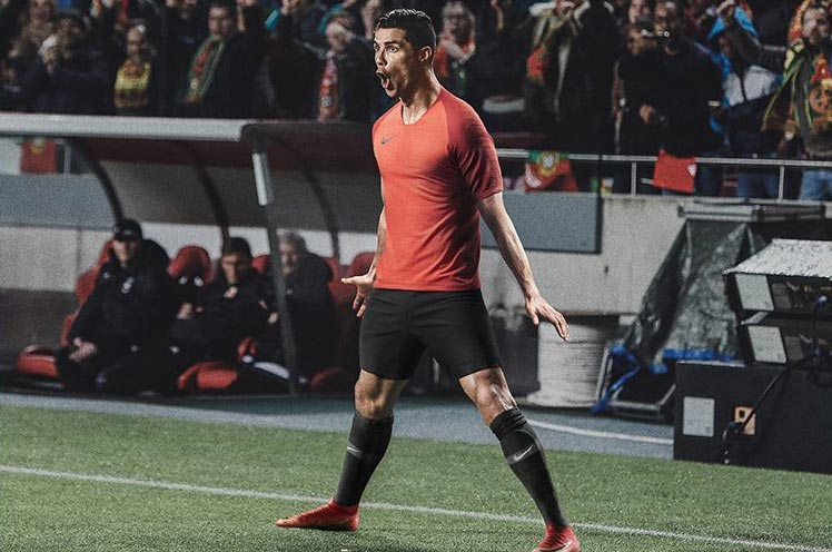 China Edition - Stunning Red   Gold Nike Mercurial Superfly 360 Cristiano  Ronaldo Boots Released a6fcfa6bc3