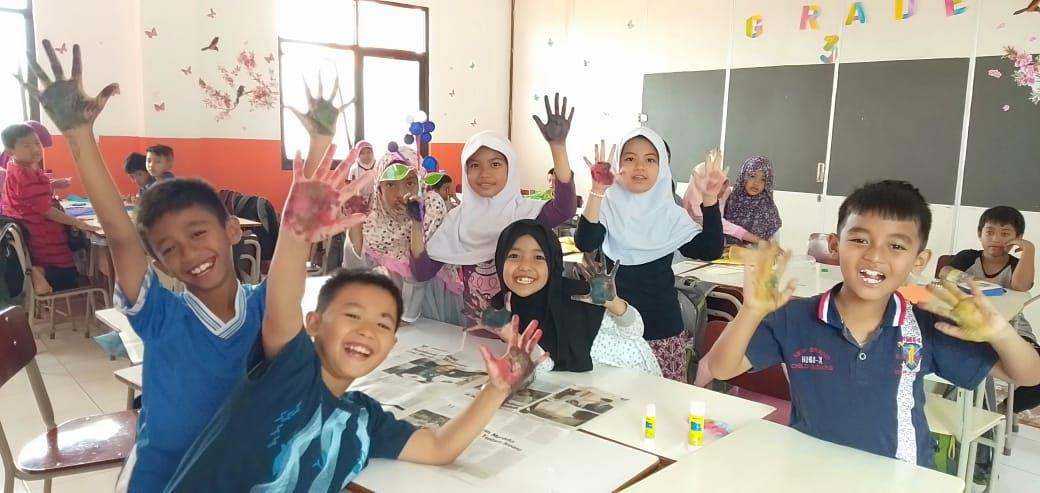 Kelas 3 Membuat Bunga Cantik Dari Tutup Botol Bekas Sd Juara Bandung