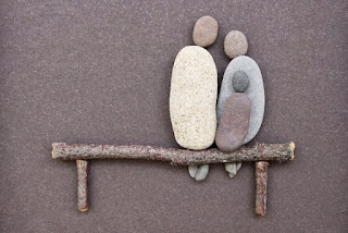 http://www.stone-ideas.com/2014/06/04/sharon-nowlan-los-pequenos-guijarros-representan-momentos-de-la-vida/