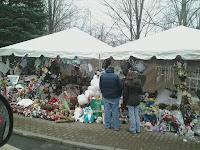 Improvisert minnested etter masseskytingen i Sandy Hook desember 2012.