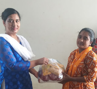 विधवा महिलांना मोठ्या प्रमाणावर धान्य वाटप
