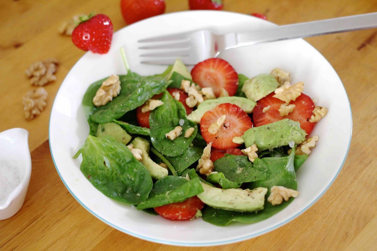 Sommersalat mit Erdbeeren, Avocados und Nüssen