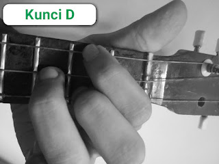 Kunci D ukulele senar 3