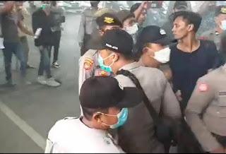 Viral, Video Oknum Polisi Bogem Mahasiswa Yang Demo Depan Disperindag Sumenep