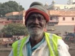 पिछले 32 वर्ष से रामघाट पर मां शिप्रा के जल की सफाई कर रहे हैं भेरूलाल