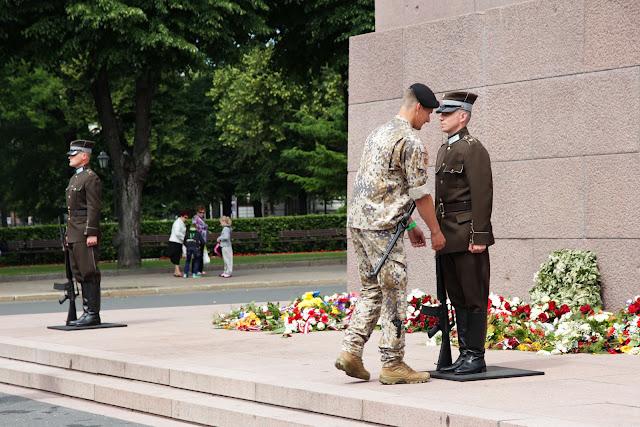 Рига. Дежурный офицер поправляет форму солдату в почетном карауле у монумента Свободы