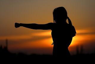 Olahraga Meningkatkan Kegigihan Untuk Meraih Mimpi, olahraga meningkatkan kegigihan, cewek gigih, perempuan hebat, perempuan meninju, perempuan tanngguh, sunset, sunrise, sinar matahari