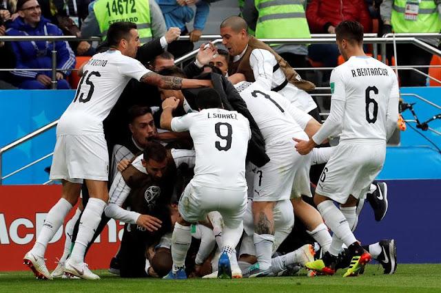 Uruguaios pularam em cima de Giménez após gol decisivo/ Foto: EFE/Kiko Huesca