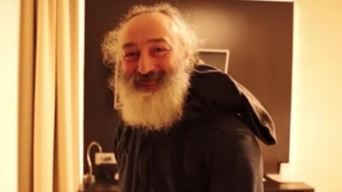 """Un peluquero le corta el cabello y la barba a un """"sin techo"""" y se  vuelve viral"""