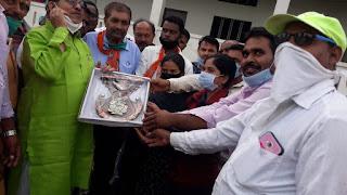 दिव्यांग एकता और कल्याण मंच ने मंत्री को प्रतीक चिन्ह व ज्ञापन दिया