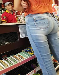 Linda mujer buen trasero pantalon apretado