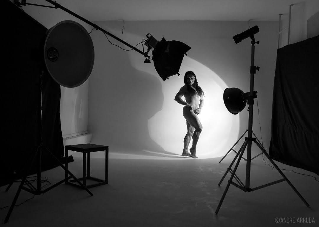 Fisiculturista Alê Grimaldi posa para ensaio de nu artístico em estúdio. Foto: Andre Arruda