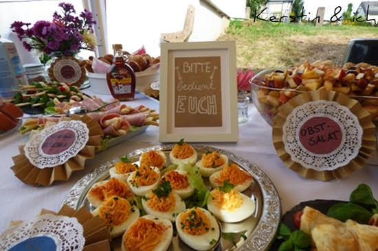 Buffet mit Fingerfood Gartenparty