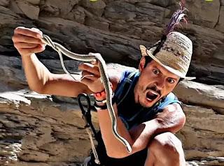 المغامر الشينو يمسك بثعبان في مغامرته
