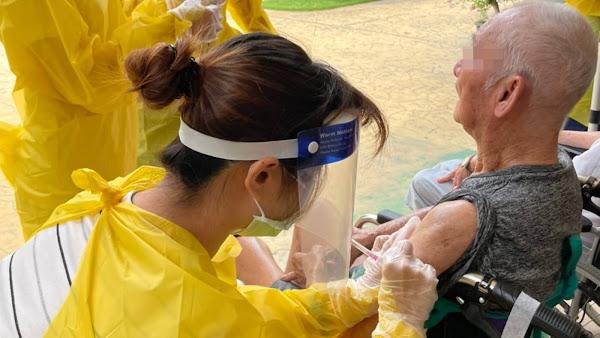 端午節停休拚防疫 宏仁醫院醫護為500長輩打疫苗