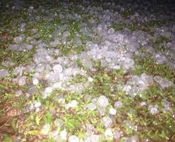 A foto mostra forte chuva de granizo em toda a Região.