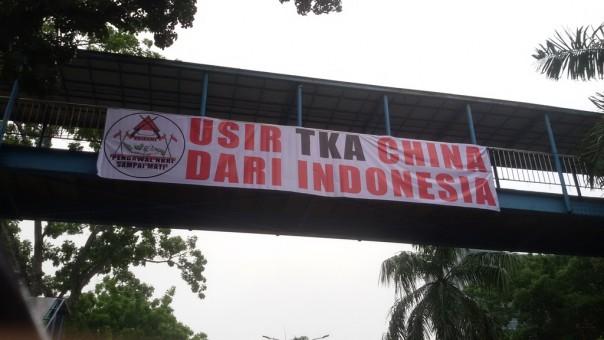 "Di Pekanbaru, Muncul Spanduk Besar Bertuliskan ""Usir TKA China dari Indonesia"""