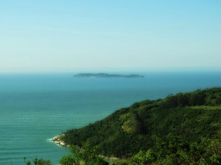 Ilha do Macuco, em Bombinhas, vista ao fundo.
