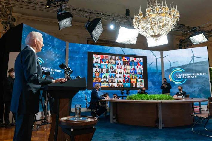 Joe Biden fala ante a tela na Cúpula virtual do clima com os líderes de 40 países