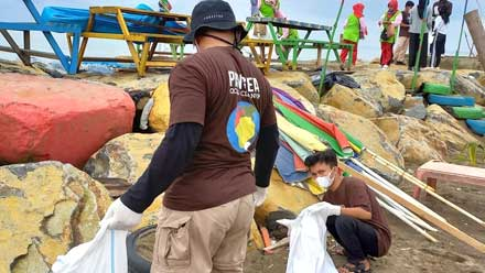 aksi pembersihan sampah di Pantai Padang