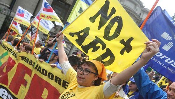 Miles de chilenos protestan contra reforma a sistema de pensiones