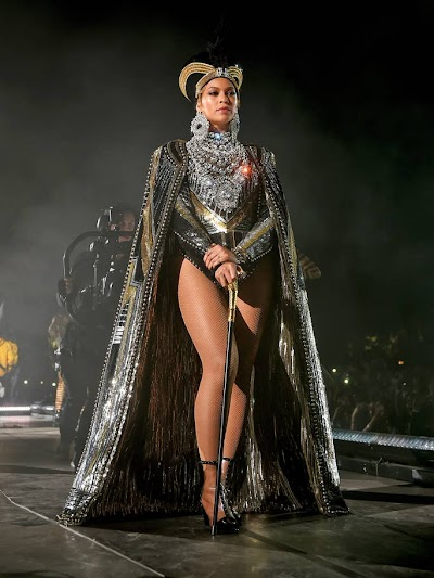 BEYONCÉ WEARS GOLD LION KING-INSPIRED OUTFIT TO US ART GALA
