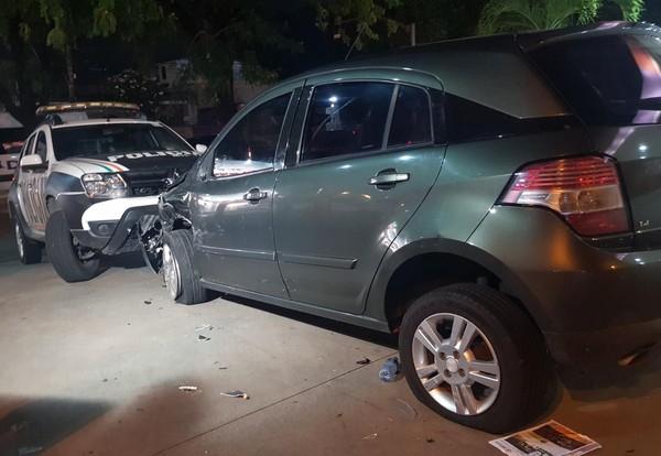 Trio assalta motorista, colide em carro da polícia durante fuga, e acaba preso em Fortaleza